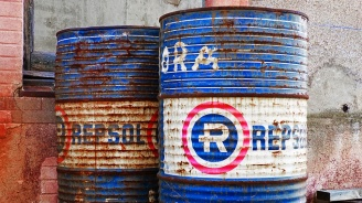 Петролът леко поскъпна в азиатската търговия