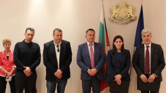 Димов подписа договори за доставка на 137 електрически превозни средства за София по ОПОС