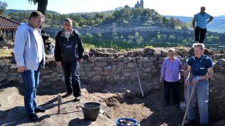 Археолози показаха на кандидата на ГЕРБ за кмет на В. Търново Даниел Панов новите си открития на Трапезица
