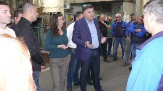 Кандидатът на ГЕРБ за кмет на Плевен Мирослав Петров се срещна с работници в предприятие за производство на метални изделия
