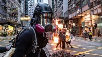 Демонстранти хвърлиха запалителни бомби в метростанция в Хонконг