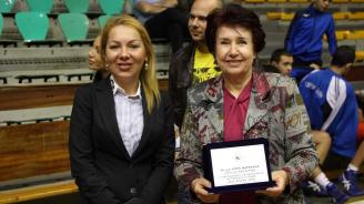 Удостоиха Вяра Церовска с плакет за принос в развитието на борбата в община Перник