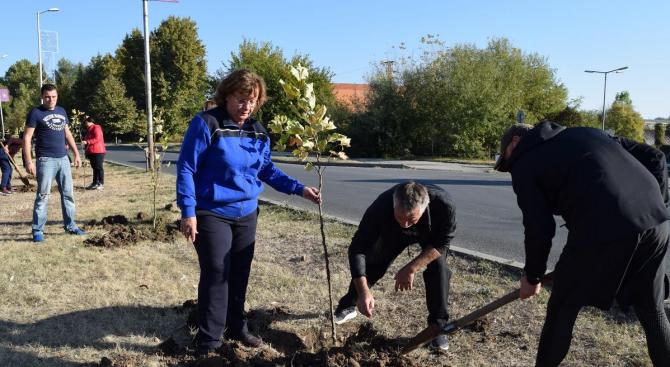 Кандидатът на ГЕРБ за кмет на Ловеч Корнелия Маринова се включи в ''зелена'' инициатива