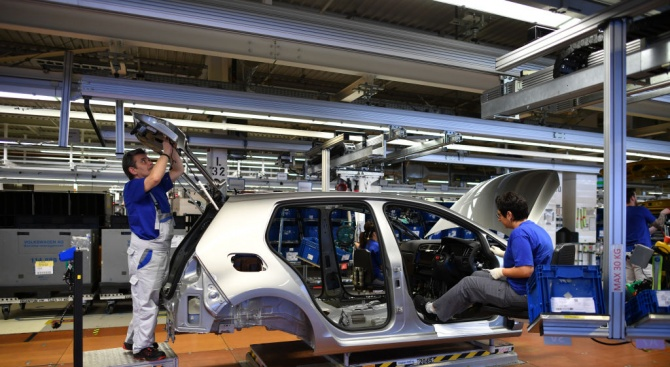 """Германският автомобилостроител """"Фолксваген"""" обяви днес официално, че е отложил решението"""