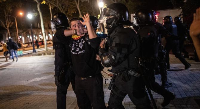 Ожесточени сблъсъци между протестиращи и полиция избухнаха късно снощи в