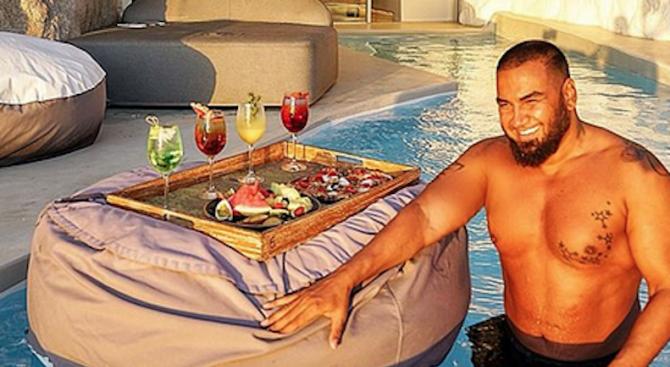 Фолк певецът Азис се глези с райска ваканция на Миконос.