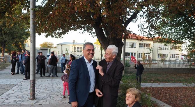 Стотици жители и гости на с. Калековец аплодираха кандидата на