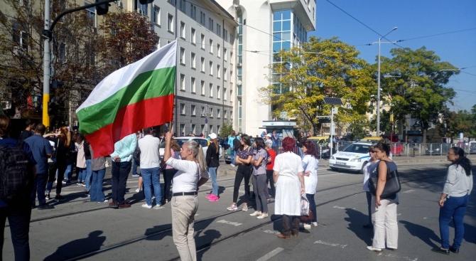 Протестиращи медици блокираха движението в центъра на София