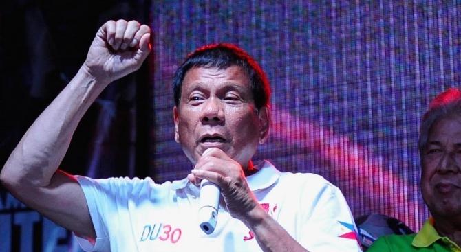 Филипинският президент Родриго Дутерте е паднал снощи от своя мотор,