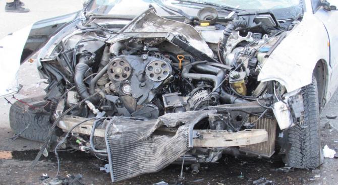 Двама младежи пострадаха при катастрофа във Варна