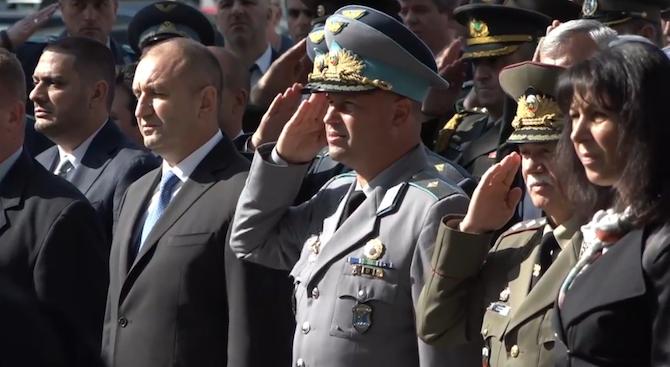 Снимка: Президентът Радев поднесе венци пред Паметника на парашутиста