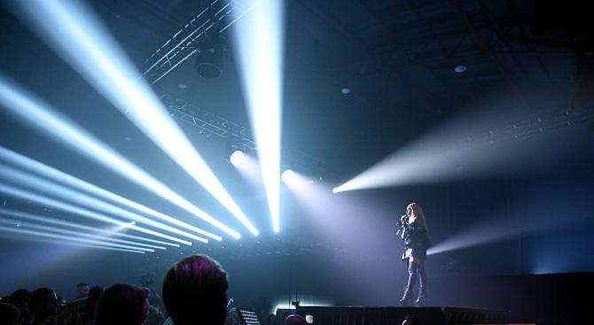 Лейди Гага падна от сцената