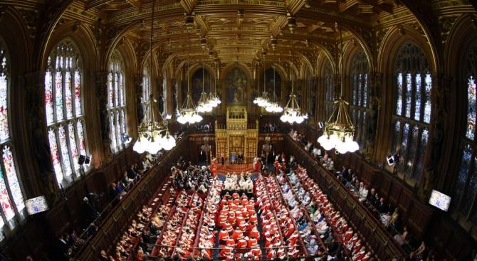 Британският парламент започна тази сутрин извънредното си заседание, посветено изцяло