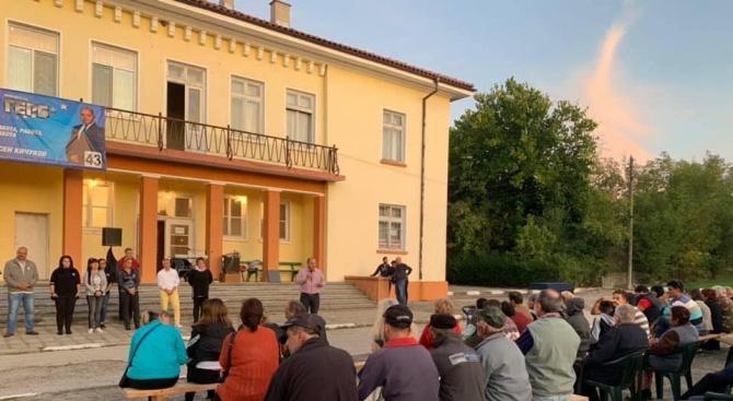 Снимка: Кандидатът за кмет на Първомай Асен Кичуков се срещна с жители на село Караджалово