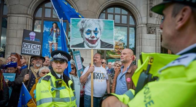 Десетки хиляди протестират днес в Лондон срещу Брекзит, докато депутатите