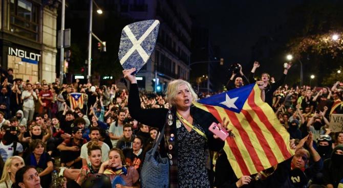 """На площад """"Уркинаона"""" в Барселона, епицентър на сблъсъците от петък"""