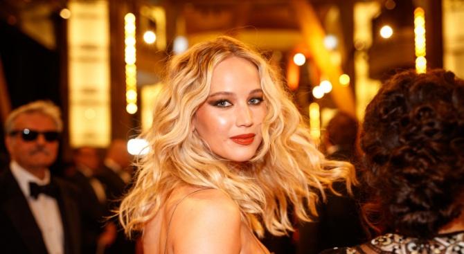 """Актрисата и носителка на """"Оскар"""" Дженифър Лорънс се омъжи, съобщи"""