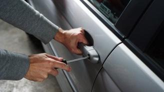 Спипаха крадец докато се опитва да задигне катализатор на кола