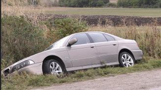 Водачка заби колата си в крайпътна канавка