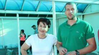 """Отборите на """"Металург"""" Перник и """"Спортист"""" Драгичево изразиха благодарност към Вяра Церовска за подкрепата към спорта в Перник"""