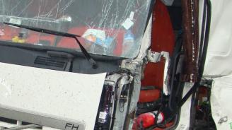 Неправоспособен шофьор заби ТИР в крайпътно дърво