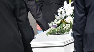 Военен се пошегува с близките си от гроба