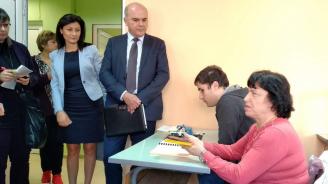 Министър Петков: 11 778 хора с намалена работоспособност са започнали работа от началото на 2019 г.