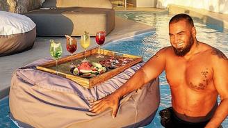 Азис разпуска в баровски хотел в Миконос