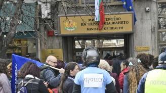 Медицинските сестри остават в стачна готовност след 4 часа преговори в МЗ