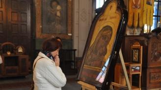 Mиряни се покланят пред чудотворна икона на Богородица