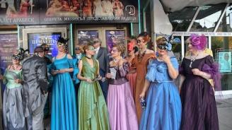 Хористи от Музикалния театър с флашмоб в центъра на София