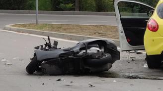 Мотоциклетист се заби в кола в Благоевград