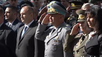 Президентът Радев поднесе венци пред Паметника на парашутиста