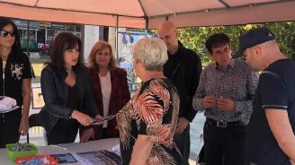 Кандидатът на ГЕРБ за кмет на Перущица Мария Вълканова разговаря с жители на общината по време на предизборна среща
