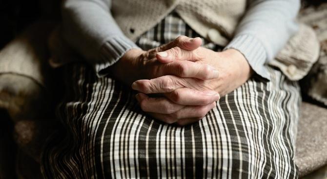 Десетки помогнаха на възрастната жена, прикована от години към леглото,