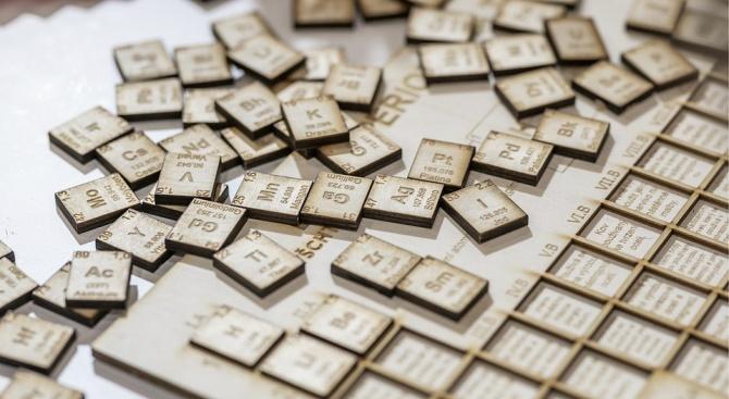 """Учени от компанията """"Периго"""" създадоха гигантска периодична таблица на химичните"""