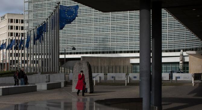 Европейската комисия обмисля да отложи Брекзит, написа лондонският в. Гардиън.
