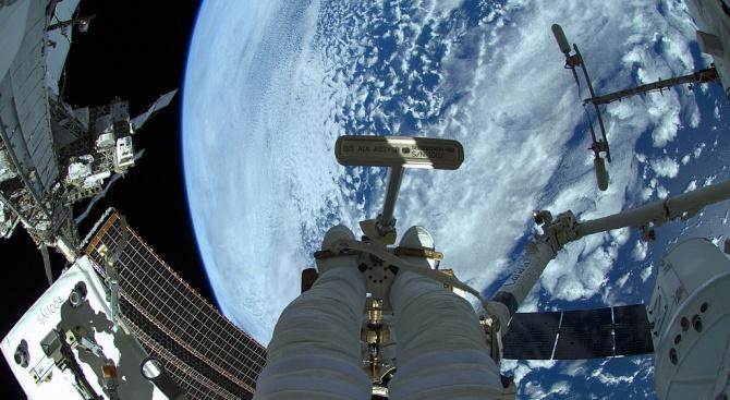 Повреден чайник събра на закуска американски астронавти с руските им колеги на МКС