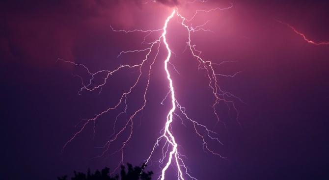 Бури и проливни дъждове връхлетяха Южна Франция, предаде Ройтерс. Стихията