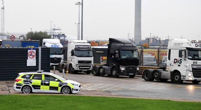 Британската полиция откри 9 мигранти в камион на магистрала М20