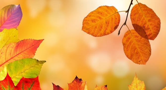 Времето ще се задържи предимно слънчево и топло за сезона.
