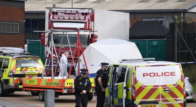 Британската полиция започна идентифицирането на 39-те тела, открити в графство