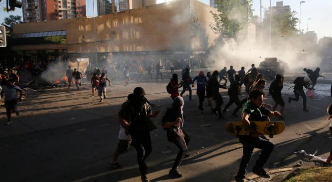 Чилийските шофьори на камиони и таксита предизвикаха днес транспортен колапс