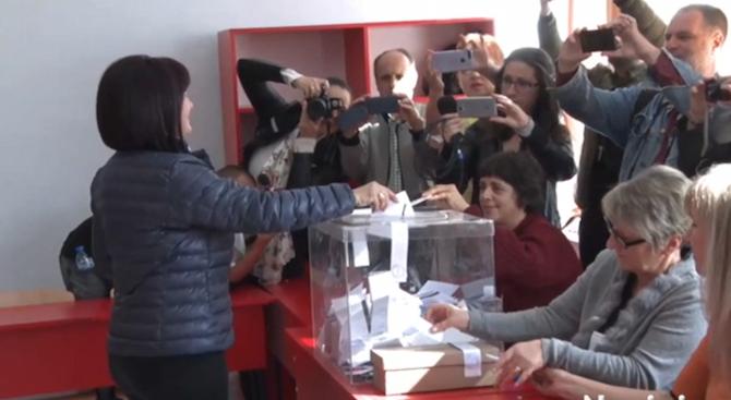 Председателката на парламента Цвета Караянчева упражни своето право на глас