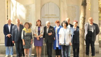 Откриха паметни плочи с имената на 74 силистренски лекари