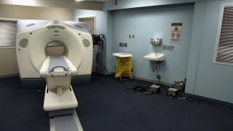 Обмислят дисциплинарно уволнение за лаборантката, забравила пациент в скенер