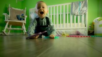 Баща бие и малтретира бебето си на няколко месеца, защото не можело да ходи