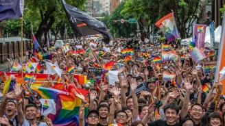Над 100 000 излязоха на гей парад по улиците на тайванската столица Тайпе