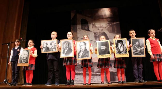 """Децата от НУ """"Паисий Хилендарски"""" Банско, се поклониха пред делото на будителите със стилно тържество"""