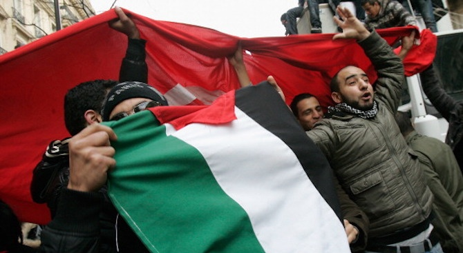 "100 000 демонстранти поискаха ""нова независимост"" в Алжир"